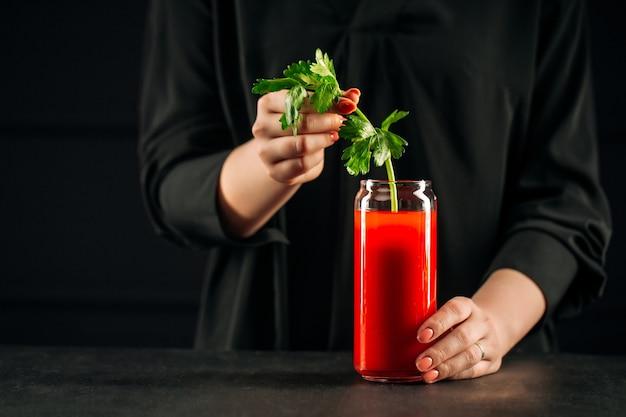 セロリとブラッディマリーカクテルを作る際のクローズアップ