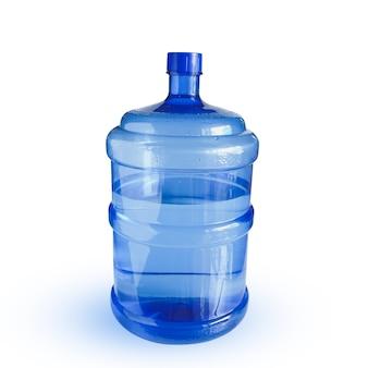 Крупным планом на бутылках с минеральной водой в синем сырье и линиях