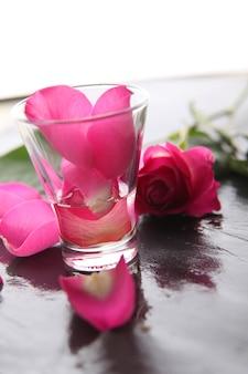 Крупным планом на розовых лепестках роз