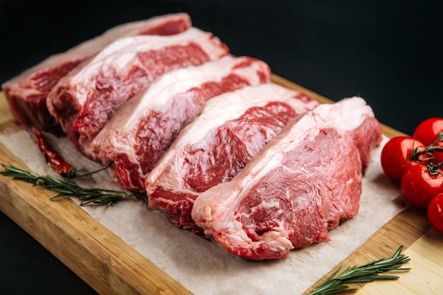 Крупным планом на приготовление сырого мяса телятины