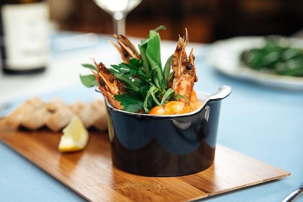 Крупным планом на испанское блюдо гамбас пили-пили креветки на столе в ресторане