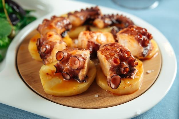 Крупным планом на испанском национальном блюдо осьминога в галисии