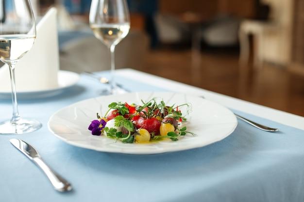Крупный план на испанском салате из очищенных помидоров на столе в ресторане с размытым фоном