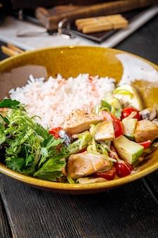 ローストチキンと野菜のご飯へのクローズアップ