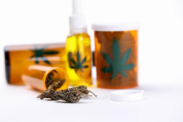 Крупным планом на столе органических медицинских препаратов марихуаны