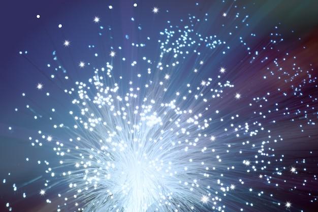 ダークパープルの光ファイバーネットワークケーブルの端のクローズアップ