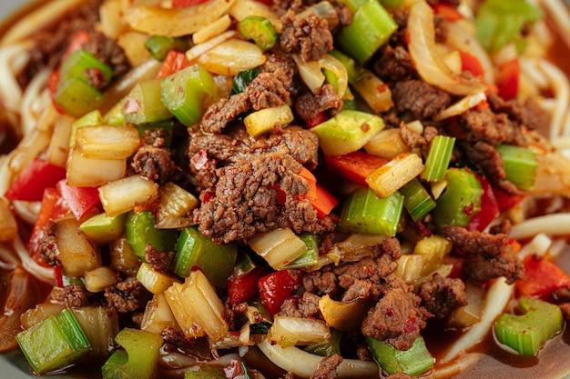 Крупным планом на уйгурское блюдо текстура лапши суиру лагман