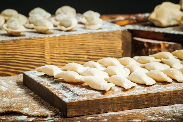 小麦粉と半完成餃子の様々なクローズアップ