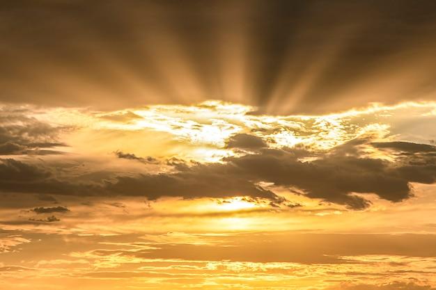 雲とクローズアップオレンジ色の夕焼け空