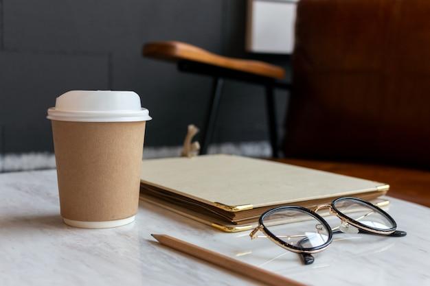 ホットコーヒーカフェのクローズアップの紙コップ