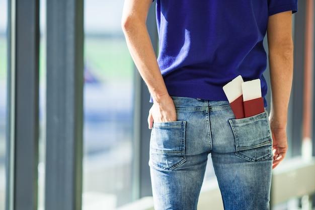 屋内空港でのクローズアップパスポートと搭乗券