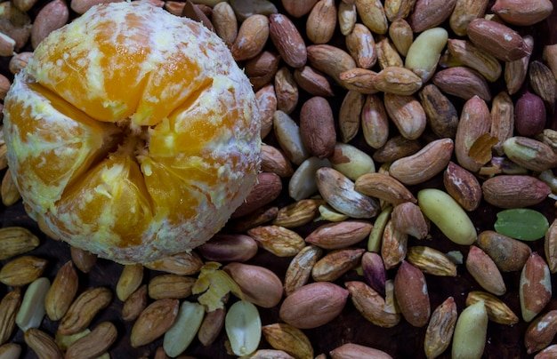 Арахис и мандарин крупным планом можно использовать в качестве фоновой заставки