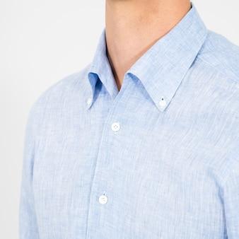 Primo piano di una persona che indossa camicia blu chiaro