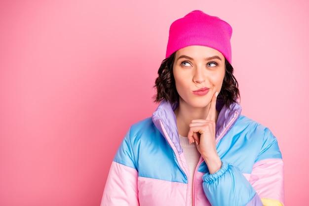 驚くべき心の女性の手のタッチあごのクローズアップ写真暖かい色のコート孤立したピンクの背景