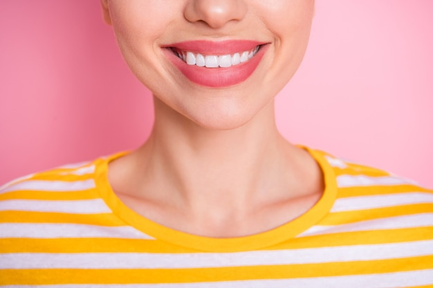 白い歯の広い笑顔の歯の健康を示す魅力的な女性2つの面白いパンのクローズアップ写真