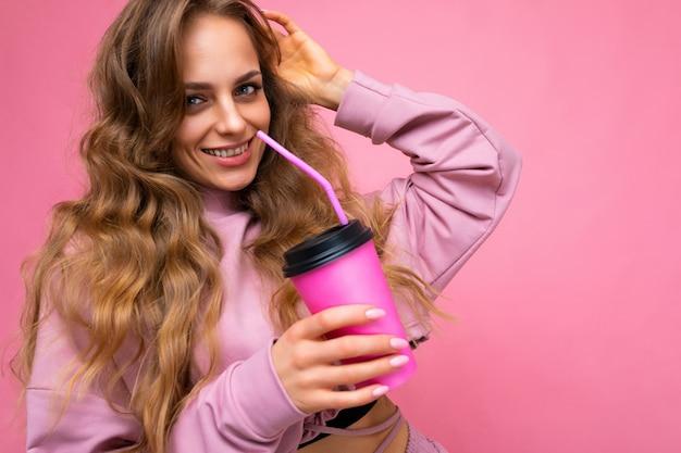 매일 세련된 옷을 입고 매력적인 젊은 행복 미소 금발 여자의 근접 촬영 사진