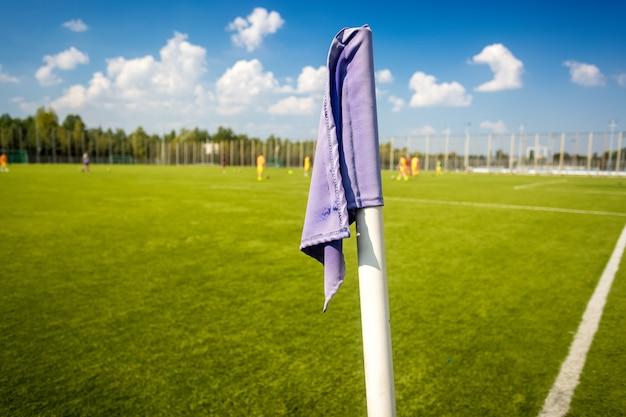 サッカー フィールドの青いコーナー フラグのクローズ アップ写真