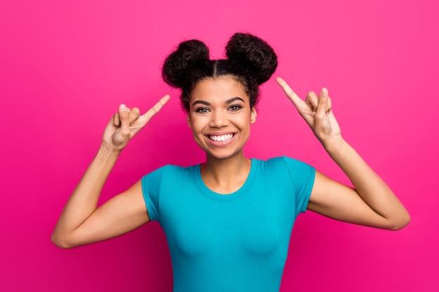 미친 어두운 피부 아가씨의 근접 촬영 사진은 머리 헤어 스타일 조언을 지시하는 손가락을 올립니다