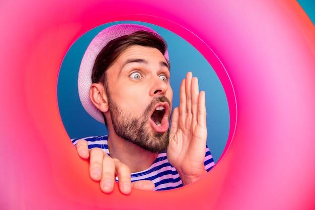 핑크 고무 플로트 lifebuoy 내부 재미 있은 남자 관광의 근접 촬영 사진 확산 뉴스 비명 판매 가격 쇼핑 오프닝 착용 스트라이프 선원 셔츠 모자 절연 파란색