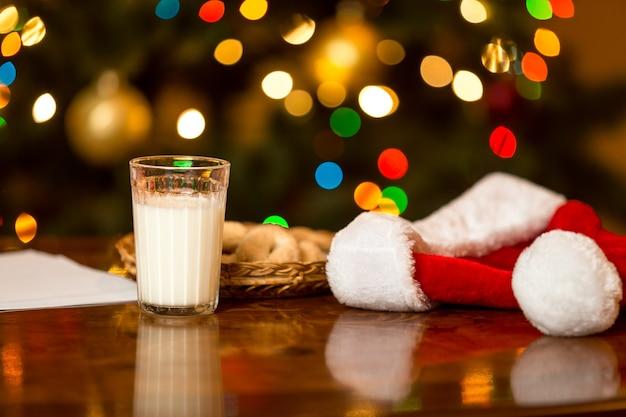 테이블에 산타를 위한 우유와 쿠키의 유리의 근접 촬영 사진