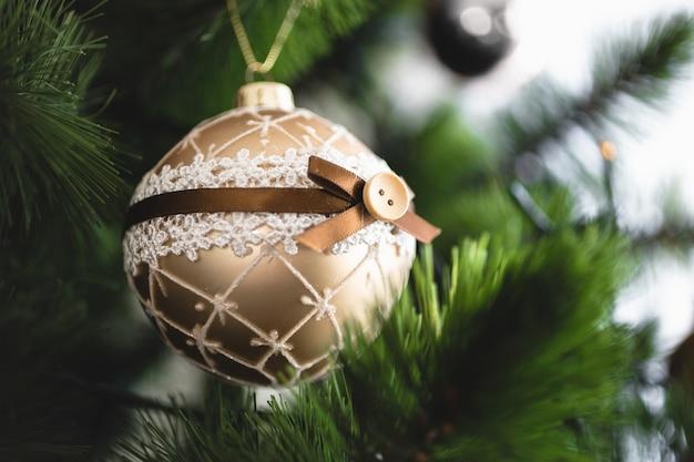 크리스마스 트리에 황금 공의 근접 촬영 사진