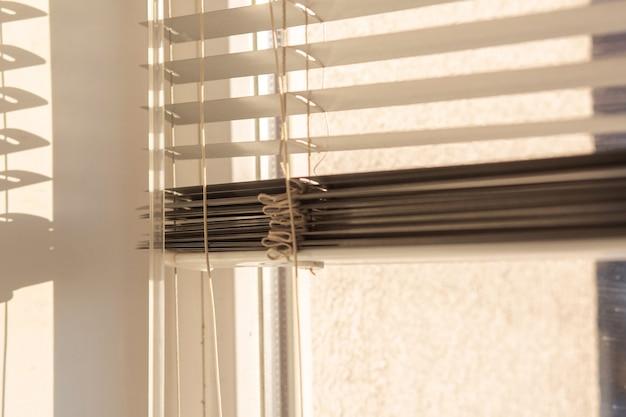 プラスチック窓のジャロジーのクローズアップ写真