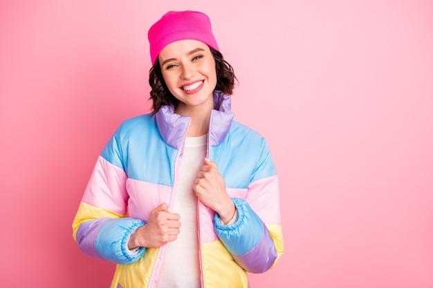 Крупным планом фото милой дамы, рада почувствовать весеннее тепло, носить теплое цветное пальто на розовом фоне