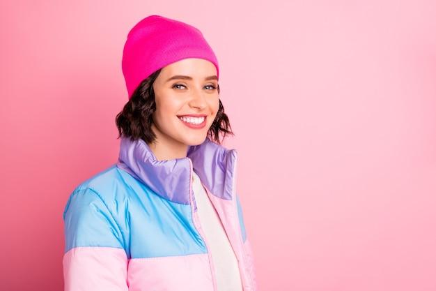 Крупным планом фото милой дамы в теплом пальто на розовом фоне