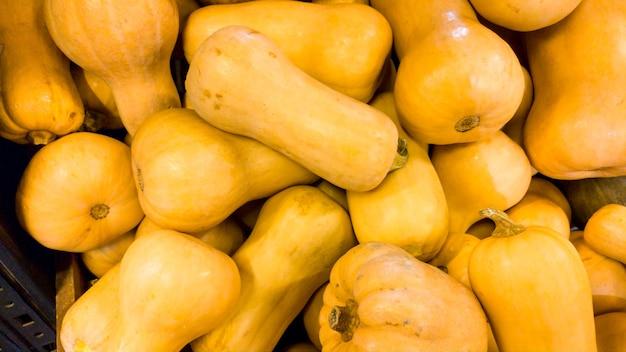 Крупным планом фото оранжевой тыквы в плодородном сотере. текстура крупного плана или образец свежих спелых овощей. красивый фон еды