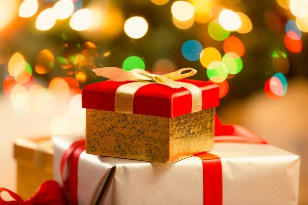金色のリボンと弓と赤いクリスマスギフトボックスのクローズアップ写真