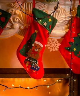 벽난로에 걸려 빨간 크리스마스 스타킹의 근접 촬영 사진