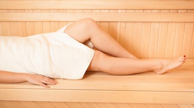 사우나에서 섹시한 여성 다리의 근접 촬영 사진