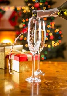 크리스마스 식탁에 샴페인 잔 두 개를 클로즈업한 사진
