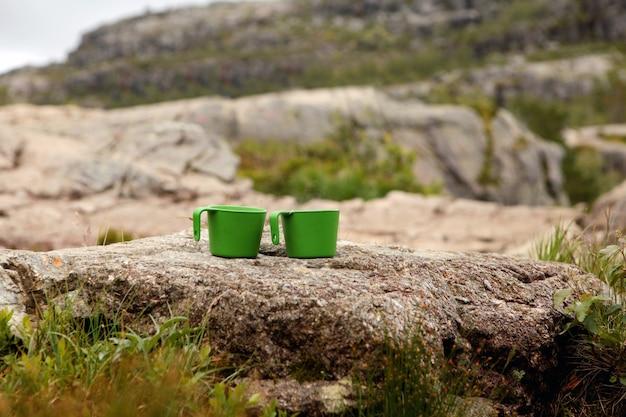 Крупным планом фото двух чашек с чаем над не в фокусе вид на горы горячий напиток в чашке в горах