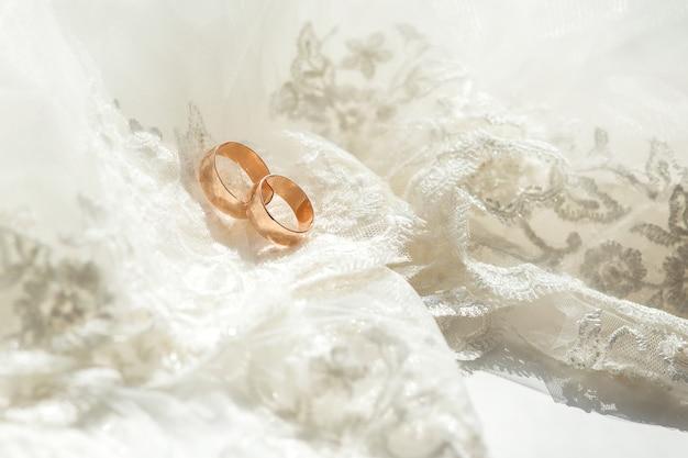 2つの結婚式の金の指輪のクローズアップ写真。