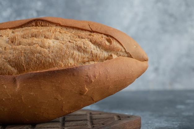 木の板に白パンのクローズアップ写真。高品質の写真