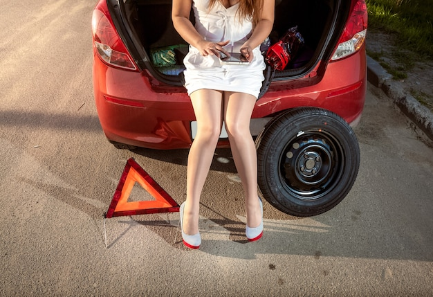깨진 차를 고치는 방법 태블릿에서 검색하는 여자의 근접 촬영 사진