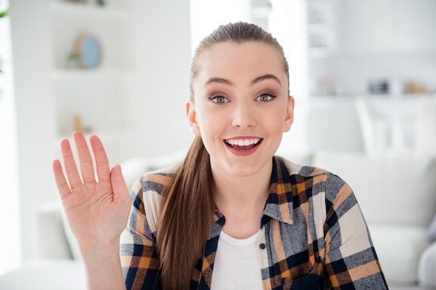 Крупным планом фото молодой веселой леди разговаривает по видеосвязи онлайн-подключение к интернету веб-камера карантин