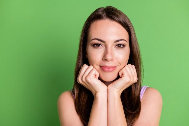 Крупным планом фото молодой довольно блестящей женщины леди взгляд камеры кулаки касаются подбородка ожидают премьер магазин фильмов открытая поездка мечты расслабиться шоппинг носить фиолетовую одежду изолированный зеленый пастельный цвет фона