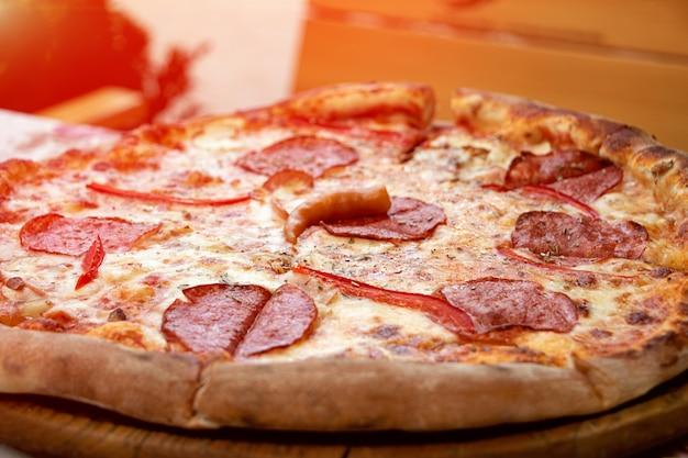조각으로 나누어진 신선한 피자의 클로즈업 사진음식 배경야외 카페