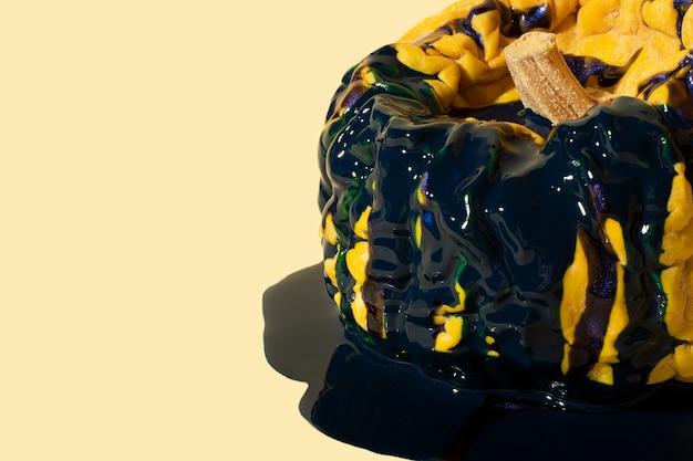 액체 파란색 페인트에 오래 된 주름진 호박의 근접 촬영 사진입니다. 텍스트를 위한 공간을 복사합니다.
