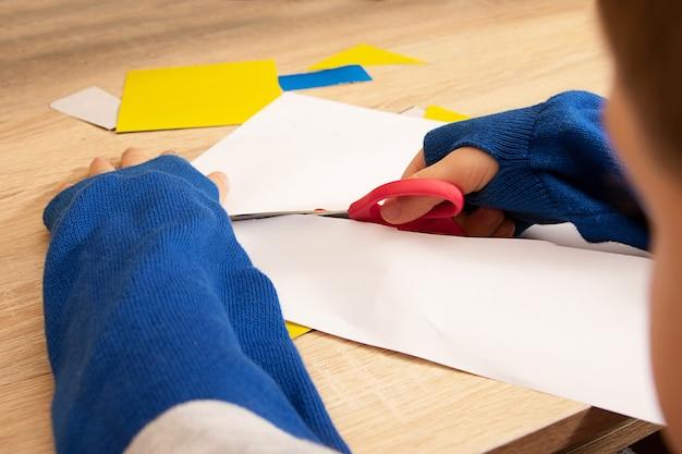아이 절단 종이의 근접 촬영 사진입니다. 위조 과정입니다. 가정 교육의 개념입니다.