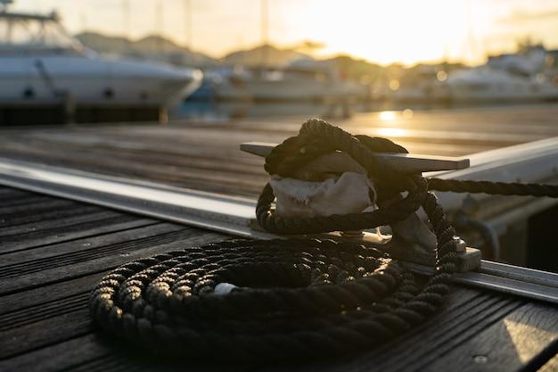 Снимок крупным планом веревку, привязанную к металлической планке на палубе яхты крупным планом. видео высокого качества fullhd