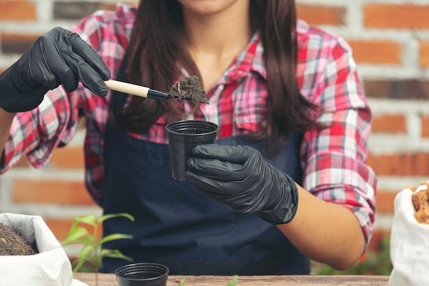 Крупным планом фотография садовника сажает растение