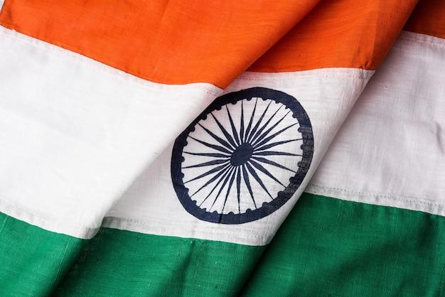 질감과 주름을 보여주는 순수한 면이나 카디로 구성된 인도 국기의 근접 촬영 사진, 선택적 초점