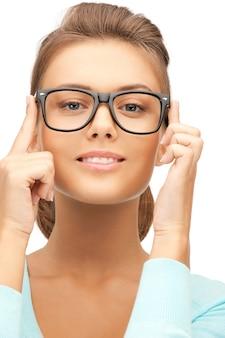 Портрет красивой женщины в очках крупным планом