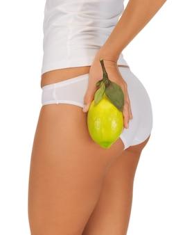 Крупным планом изображение женских рук с желтым лимоном