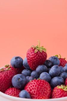 딸기와 블루베리의 근접 촬영 더미와 복사 공간