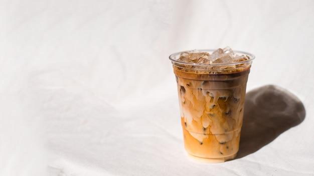 테이블에 우유와 아이스 커피의 근접 촬영 플라스틱 컵