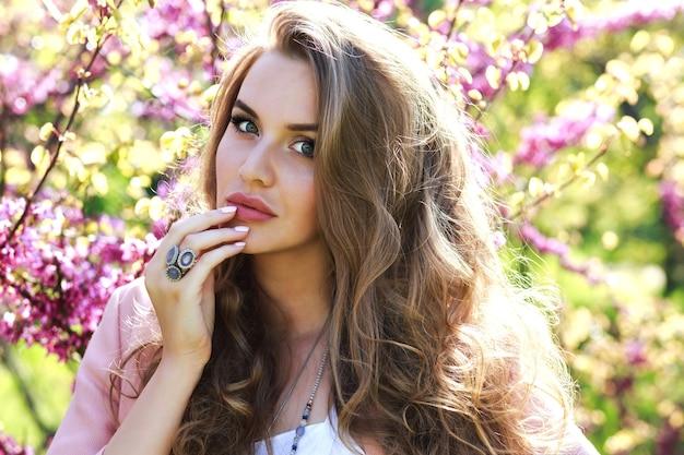 クローズアップの肖像画驚くべき陽気な若い女性